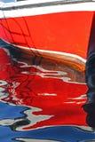Réflexion d'un bateau à rames rouge Photographie stock