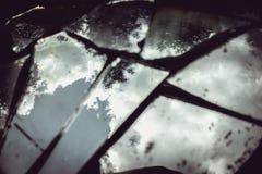 Réflexion d'un ciel bleu avec les nuages pelucheux Photo stock