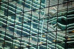 Réflexion d'un gratte-ciel d'immeuble de bureaux Photographie stock libre de droits