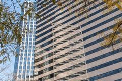 Réflexion d'un gratte-ciel sur les carreaux de fenêtre d'un autre gratte-ciel dans le secteur financier de Seattle photos libres de droits