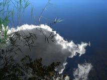 Réflexion d'un nuage dans l'eau photographie stock