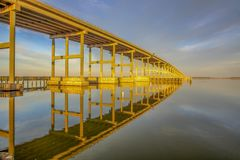 Réflexion d'un pont photographie stock