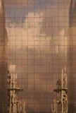 Réflexion d'une construction image stock