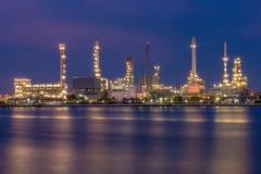Réflexion d'une raffinerie pendant le coucher du soleil Photographie stock libre de droits