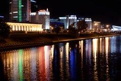Réflexion d'une ville de nuit dans l'eau minsk Photographie stock