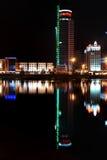 Réflexion d'une ville de nuit dans l'eau minsk Images libres de droits