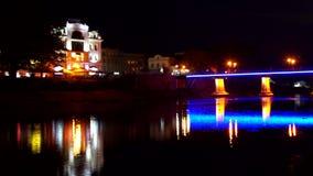 Réflexion dans l'eau de l'illumination le pont banque de vidéos
