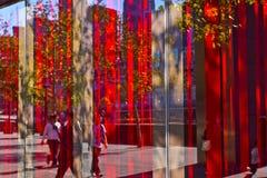 Réflexion dans l'hublot avec les rideaux rouges lumineux Photographie stock