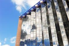 Réflexion dans le bâtiment en verre Photos libres de droits