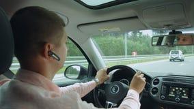 Réflexion dans le miroir de vue arrière de l'homme conduisant la voiture banque de vidéos