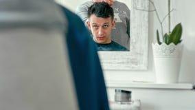 Réflexion dans le miroir dans le raseur-coiffeur de l'homme expliquant au coiffeur la coupe de cheveux banque de vidéos