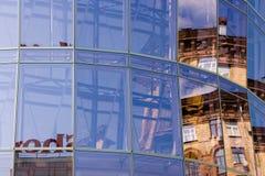 Réflexion dans le mur de verre Photo stock