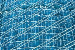 Réflexion dans le mur de verre bleu de l'immeuble de bureaux moderne Photo libre de droits