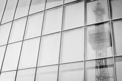 Réflexion dans le mur de verre de la tour de télécommunication Images libres de droits