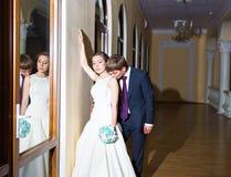 Réflexion dans les jeunes mariés romantiques doux de miroir Image libre de droits