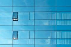 Réflexion dans un mur en verre d'immeuble de bureaux image libre de droits