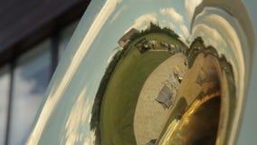 Réflexion dans une trompette musicale banque de vidéos