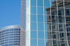 Réflexion de bâtiment dans le gratte-ciel en verre Photos stock