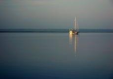 Réflexion de bateau à voiles image libre de droits
