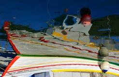 Réflexion de bateau au port de Chania, Crète, Grèce Photos libres de droits