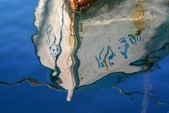 Réflexion de bateau sur la mer bleue image stock