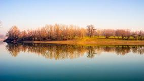 Réflexion de côte de rivière Photographie stock