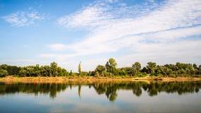 Réflexion de côte de rivière Image libre de droits