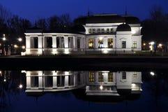 Réflexion de casino dans l'eau de lac Images libres de droits