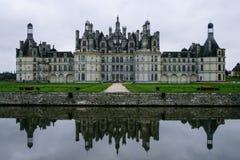 Réflexion de château de Chambord dans l'eau de fossé images stock
