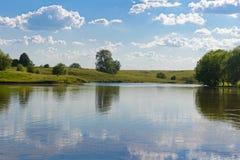 Réflexion de ciel avec des nuages dans un lac photo libre de droits
