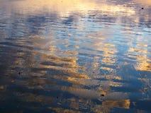 Réflexion de ciel bleu et de nuage sur la plage Photo libre de droits