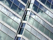 Réflexion de ciel bleu et de nuages images stock