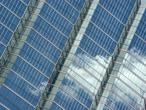 Réflexion de ciel bleu et de nuages photo stock