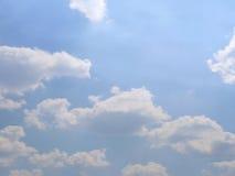 Réflexion de ciel bleu et de nuages sur l'eau Image libre de droits
