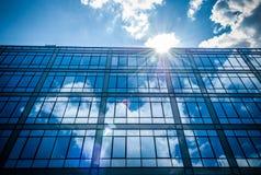 Réflexion de ciel dans l'immeuble de bureaux Photographie stock libre de droits