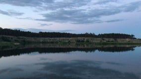 Réflexion de ciel de soirée dans l'eau banque de vidéos