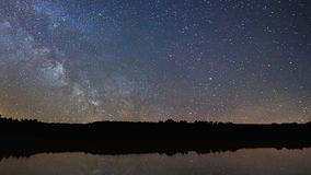Réflexion de ciel nocturne de laps de temps de manière laiteuse belle sur le lac banque de vidéos