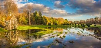 Réflexion de ciel nuageux dans l'étang près de la ville de Hadley photos stock