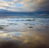 Réflexion de ciel sur le sable humide et d'ondes chez le Bornéo, Sabah, Malaisie Images stock