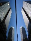 Réflexion de constructions dans les hublots en verre Photo stock