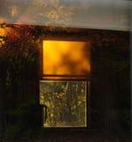 Réflexion de coucher du soleil d'automne dans une fenêtre Photos stock