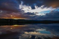 Réflexion de coucher du soleil dans un lac dans les montagnes d'Ural Photographie stock libre de droits