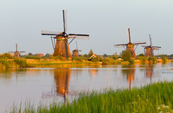 Réflexion de coucher du soleil de Kinderdijk Images stock