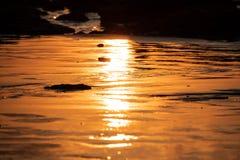 Réflexion de coucher du soleil de la Thaïlande sur la plage images stock