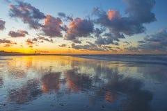 Réflexion de coucher du soleil sur la plage d'Ostende, Belgique photos libres de droits