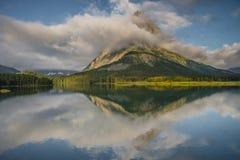 Réflexion de crête de Grinnell au parc national de glacier Photographie stock