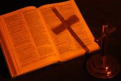 Réflexion de croix sur la bible Images stock
