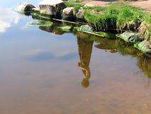Réflexion de fille dans l'eau Photographie stock libre de droits