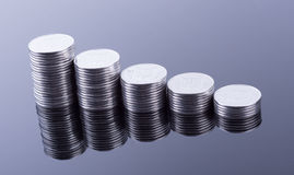 Réflexion de finances et bénéfice pièces de monnaie en métal Photographie stock libre de droits