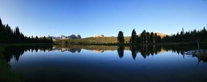 Réflexion de fleuve de Tuolumne Images stock